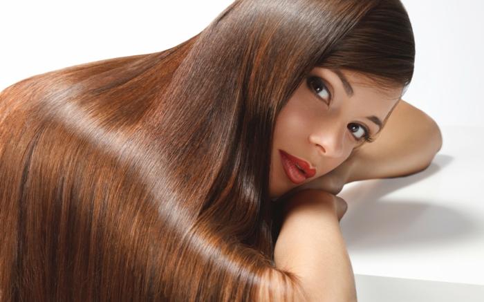 quelle couleur de cheveux choisir, lèvres rouges, cheveux brillants, maquillage smoky, couleur de cheveux