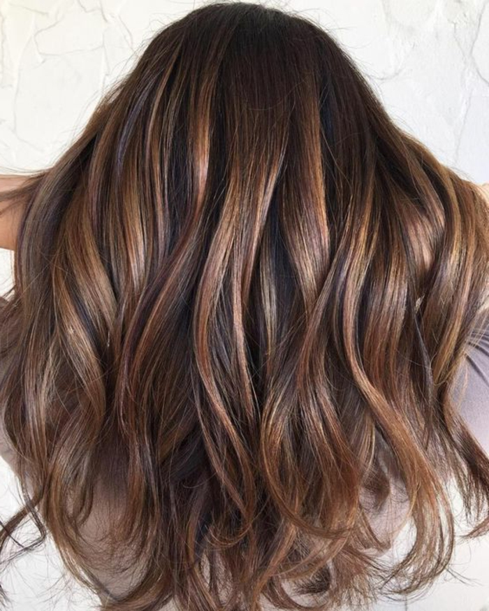 chatain meche caramel, mèches en couleur cuivrée, coiffure élégante, cheveux mi-longs