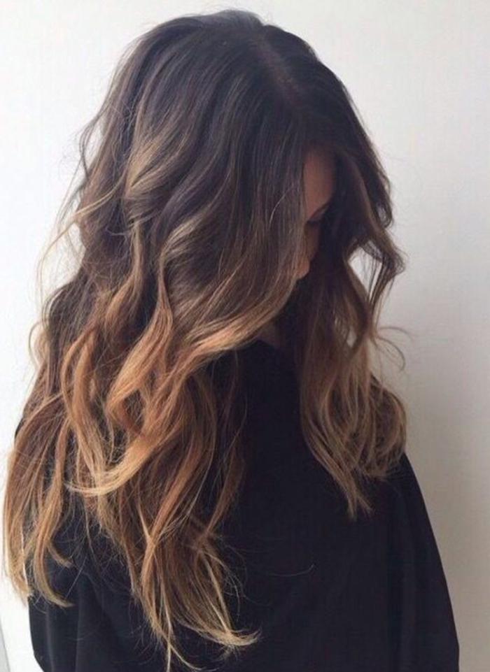 chatain meche caramel, cheveux chataîn avec des mèches caramel, coloration cheveux femme