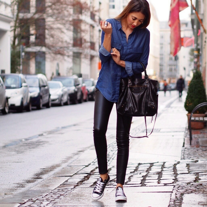 Chemise en jean femme avec bijoux chemise en jean femme - Chemise en jean femme comment la porter ...