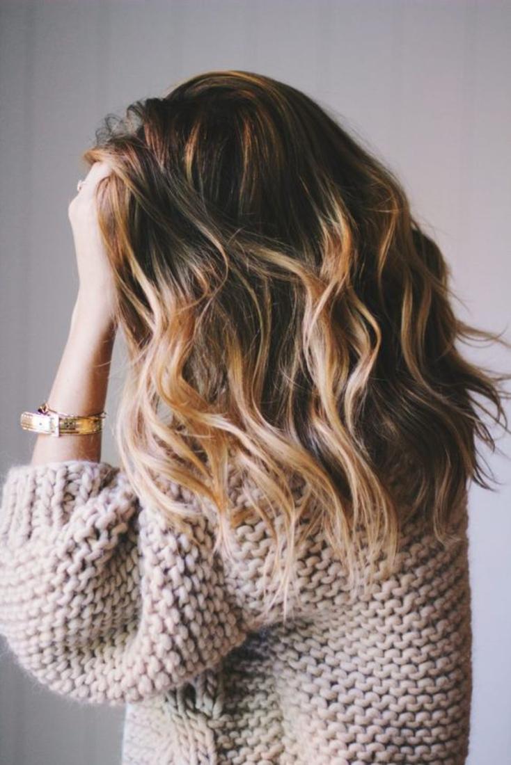 balayage cheveux blond sur des cheveux chatain foncé, idée coupe mi courte, élégante et féminine