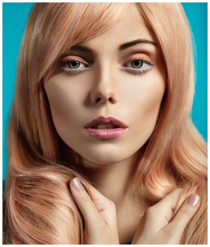 une coloration blond fraise originale, blond roux aux tons de pêche
