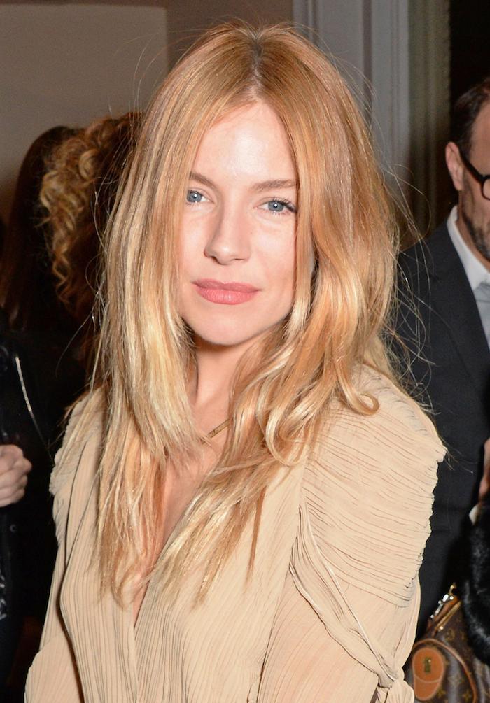 comment adopter le blond roux, une coupe de cheveux longue en dégradé aux pointes éclaircies