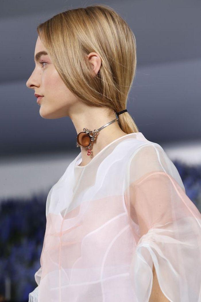 des cheveux blond roux attachés en queue de cheval basse et floue, joli teint rose