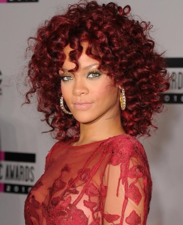 comment choisir sa couleur de cheveux, Rihanna aux cheveux frisés, robe rouge en dentelle, yeux verts, lèvres rose