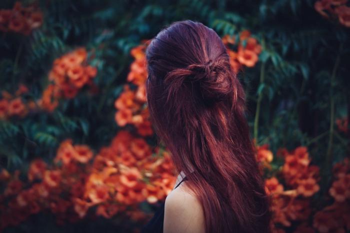 comment choisir sa couleur de cheveux, débardeur noir, fille dans la nature, fleurs oranges, cheveux rouge, quelle couleur de cheveux