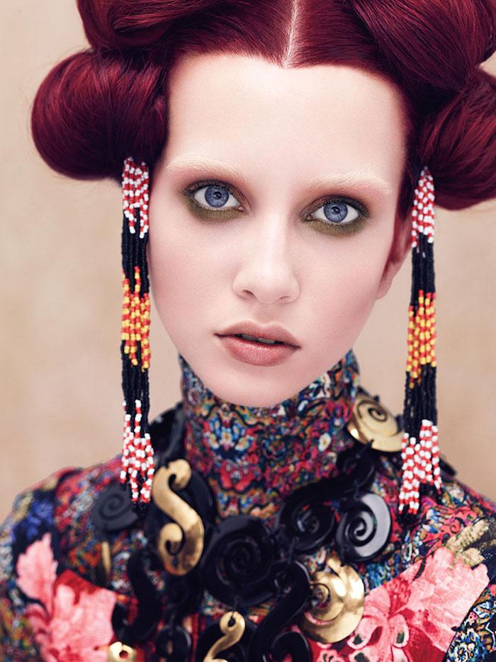 couleur de cheveux rouge, coiffure avec pin up, sourcils blancs, yeux bleus, coloration bordeaux, crayon pour yeux vert