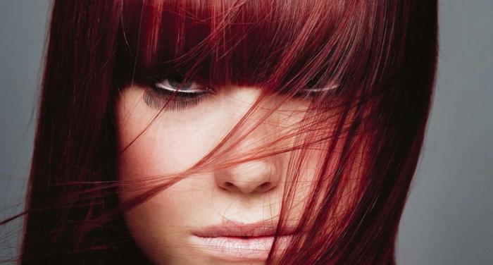 comment choisir sa couleur de cheveux, coiffure avec frange, faux cils, yeux claires, idée couleur cheveux