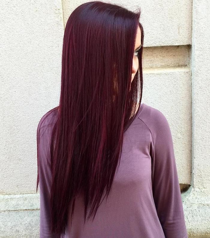 couleur de cheveux rouge, coiffure chaque jour, cheveux raids et longs, blouse nuance violette, femme dans la rue