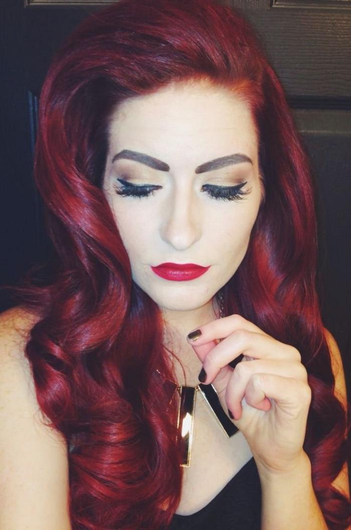 couleur de cheveux rouge, cheveux rouge foncé, coloration bordeaux, maquillage avec eye liner, manucure noire