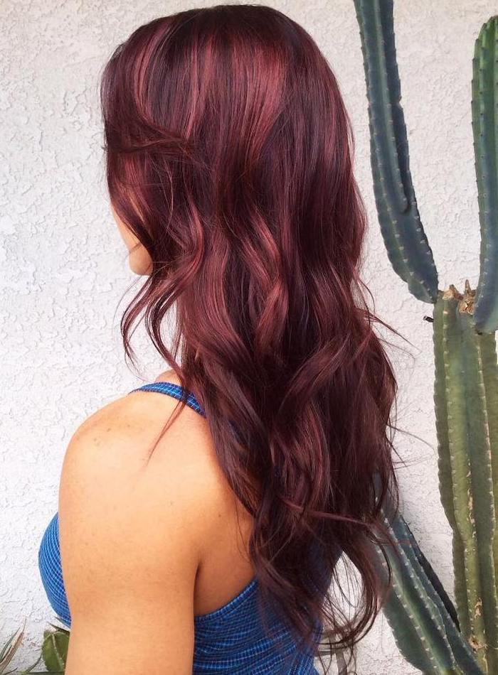 teinture rouge bordeaux, cheveux longs, boucles naturelles, coloration rouge, débardeur bleu, coiffure femme
