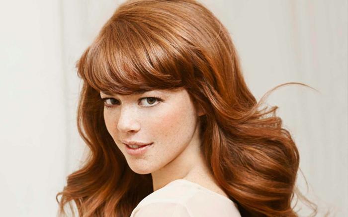 comment choisir sa couleur de cheveux, lèvres nude, robe beige, yeux verts, quelle couleur de cheveux choisir