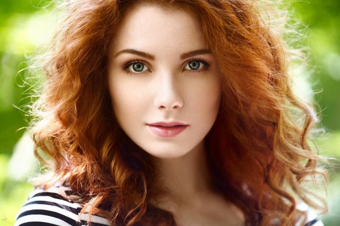 couleur de cheveux, rouge à lèvre rose, blouse blanc et noir, cheveux cuivré, quelle couleur de cheveux pour yeux claires