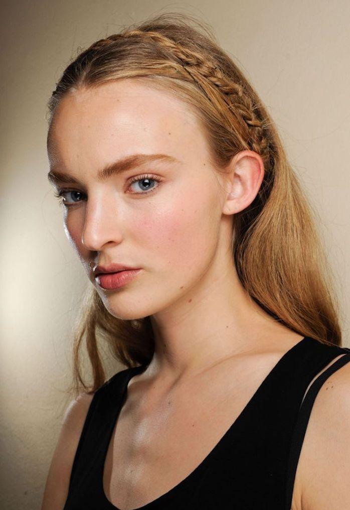 un blond roux effet naturel aux reflets cuivrés avec tresse de côté