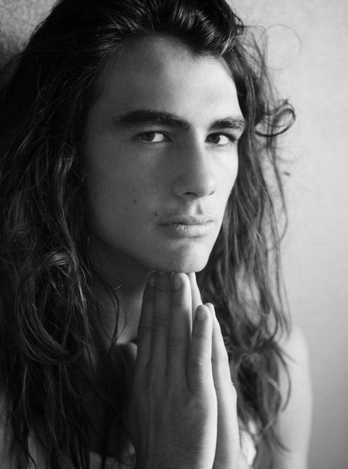 laisser pousser homme cheveux longs coupe mi long