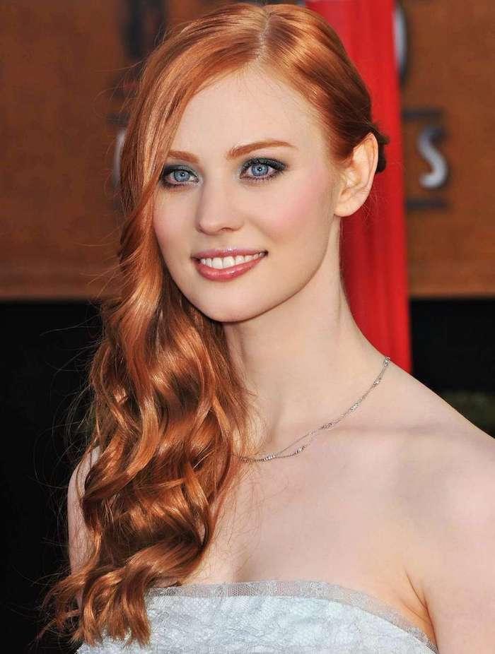 des cheveux roux portés de côté, jolies vagues qui sublime le roux nuancé