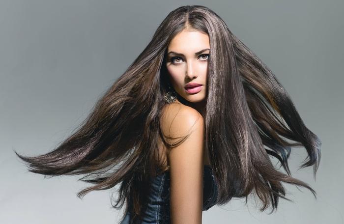 comment choisir sa couleur de cheveux, robe en denim, cheveux longs raids, yeux châtain, lèvres rose