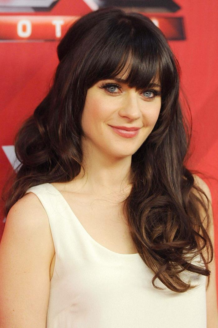couleur de cheveux, robe blanche avec bretelle, Zooey Deschanel, coiffure avec frange, idée couleur cheveux