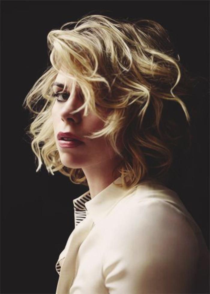 coiffure courte femme blonde, mèches rebelles, boucles, carré ondulé, style boheme chic