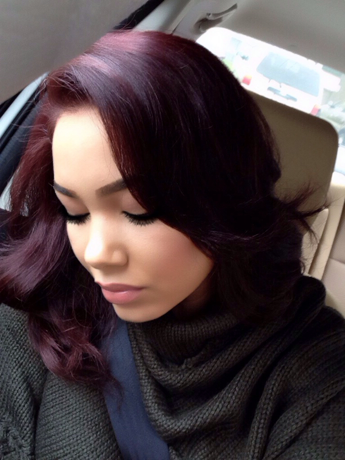 cheveux couleur bordeaux, pull over noir, cheveux longueur épaules, coloration bordeaux, boucles grosses