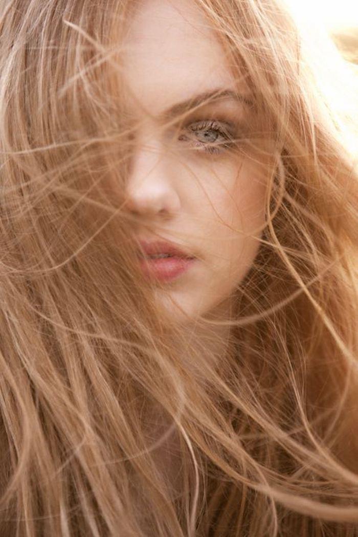 une coloration blond roux effet naturel associée à un teint de pêche et des cils effet mouillé