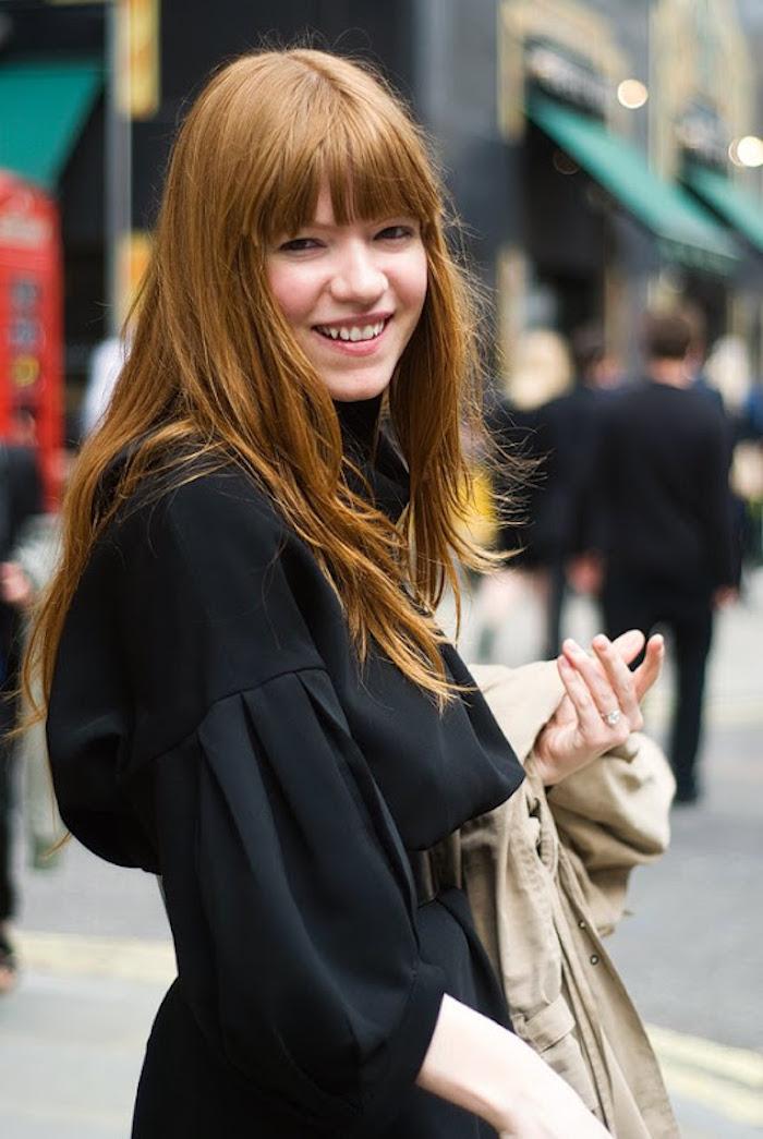 des cheveux roux détachés et un look monochrome, coupe de cheveux tendance avec frange