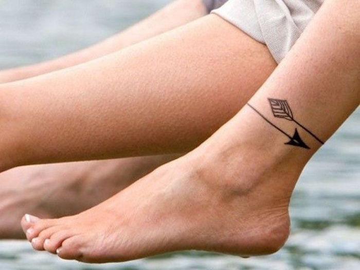idée pour tatouage cheville femme entourant style bracelet tattoo flèche sur pied