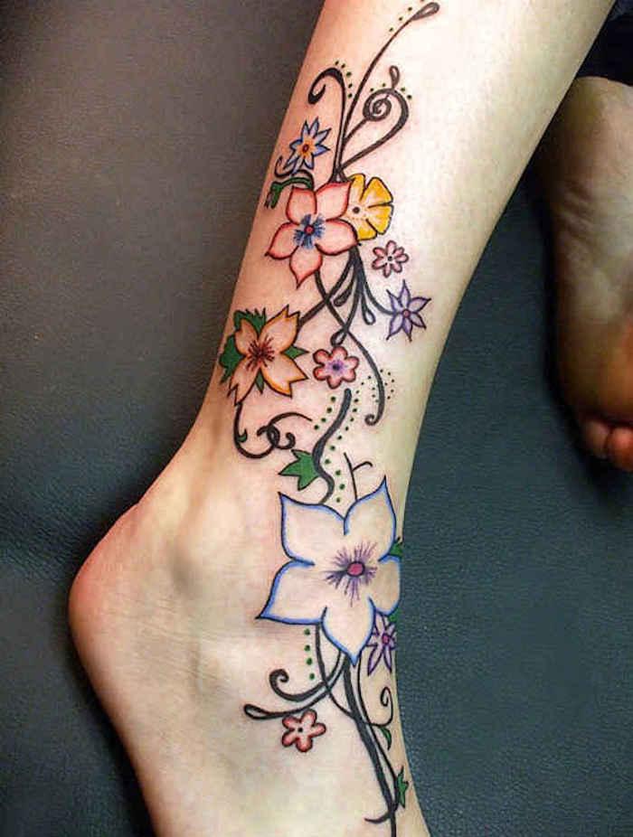 tatouage pied cheville bouquet de fleurs sur la jambe comme idée tattoo en couleurs