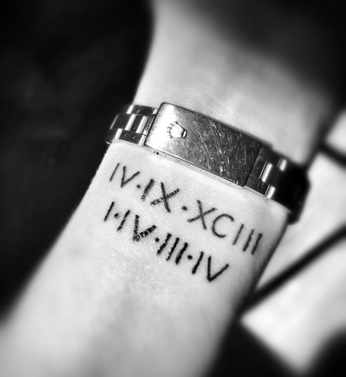 tatouage chiffre romain poignet femme homme dates de naissance