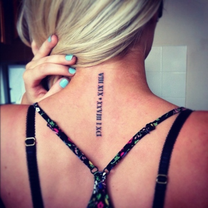 tatouage nuque femme avec chiffres romains tattoo cou