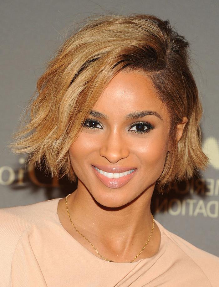 coupe carré court avec de legeres ondulations, cheveux couleur blond cendré, coiffure asymétrique