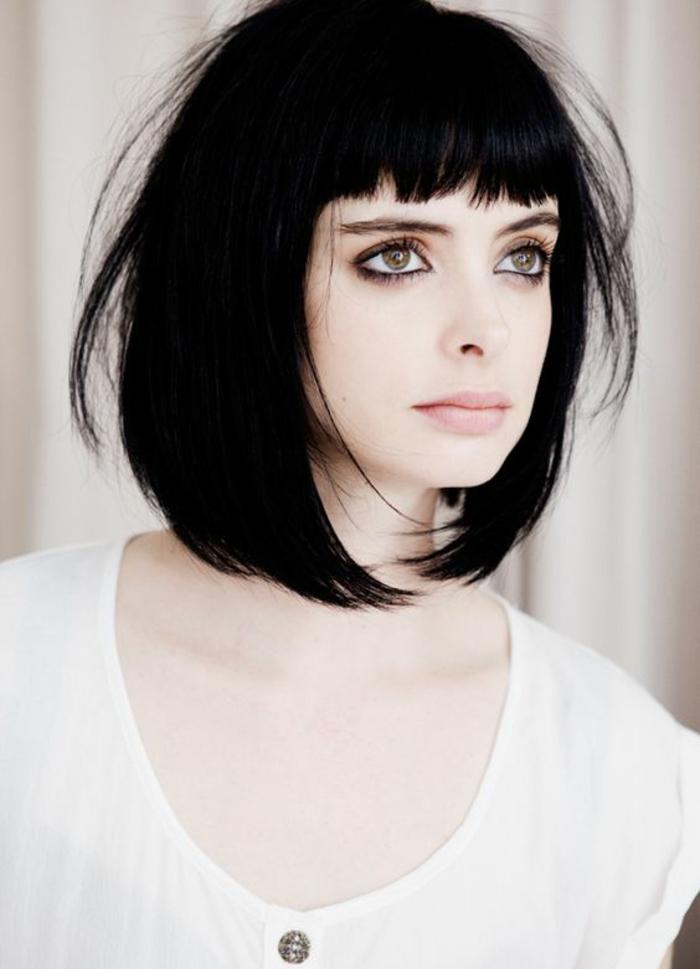 coiffure femme carré avec des cheveux noirs corbeau aux bouts effilés