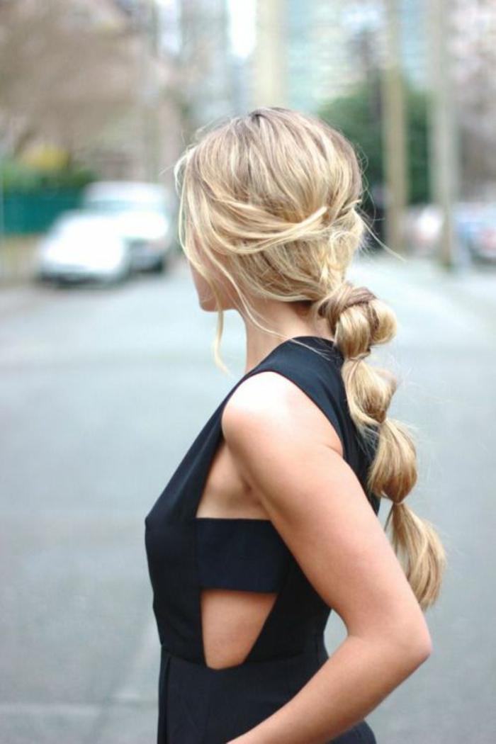 coifure femme queue de cheval effet boulé cheveux longs blonds