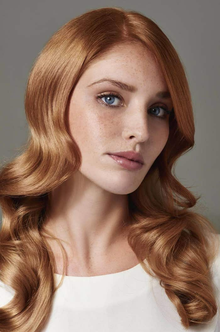 une coiffure avec jolie ondulations qui font ressortir la brillance des cheveux roux vénitien