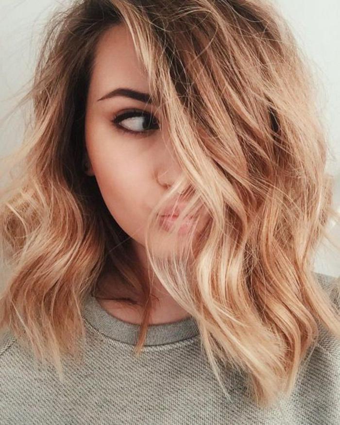cheveux couleur blond cuivré, carré plongeant ondulé, boucles legeres, coiffure d ete, look féminin