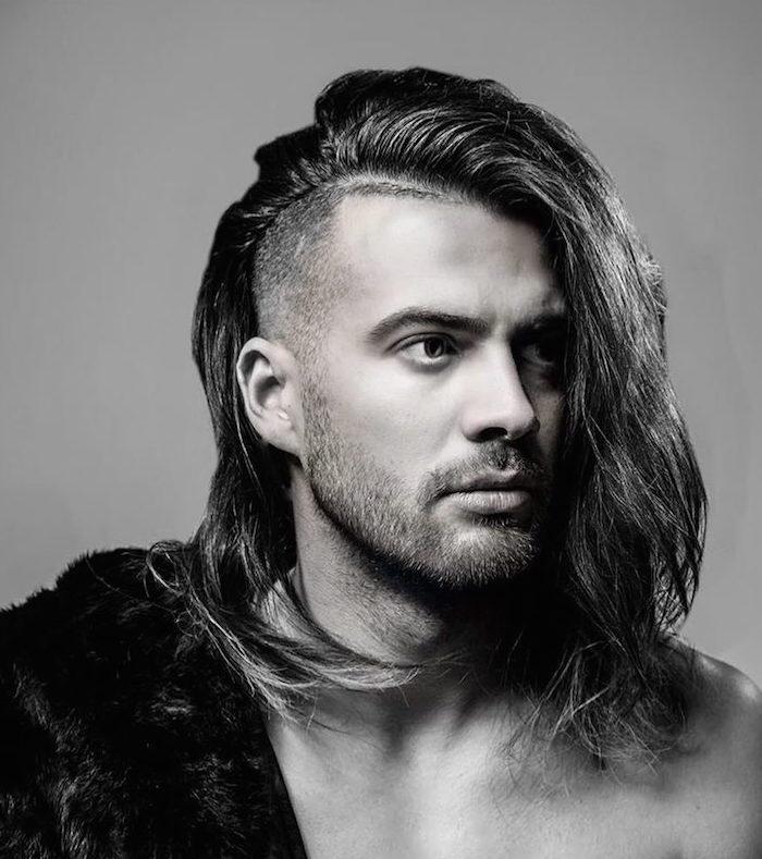 idée coiffure cheveux longs homme coupe mi long rasé coté