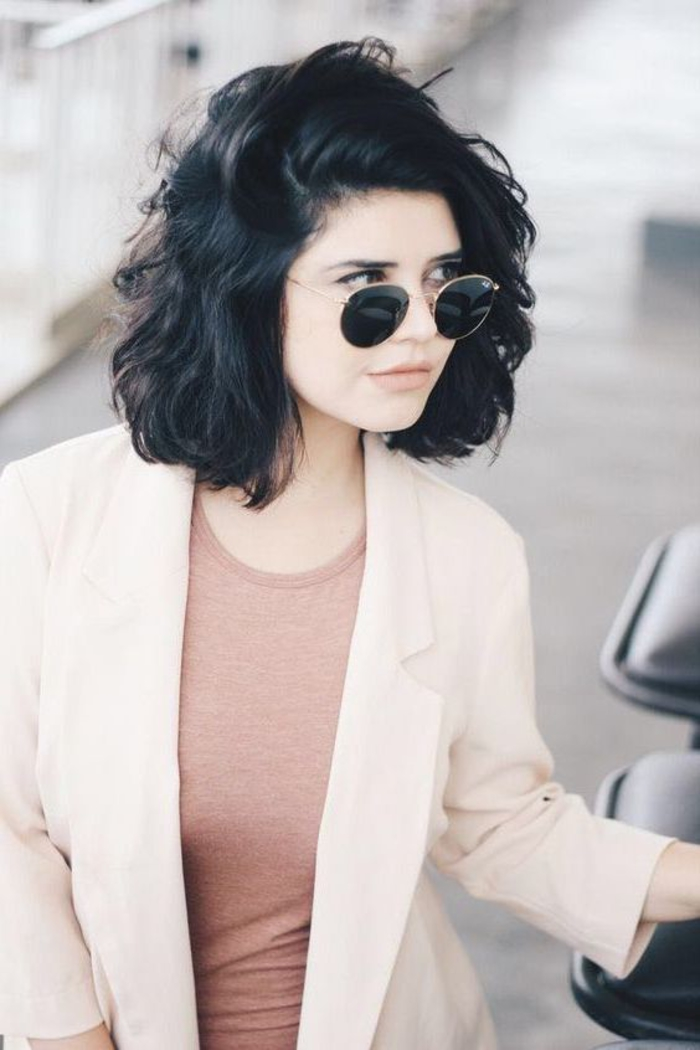 cheveux look bohème chic, coupe carré court décontracté, effet coiffé décoiffé, veste longue