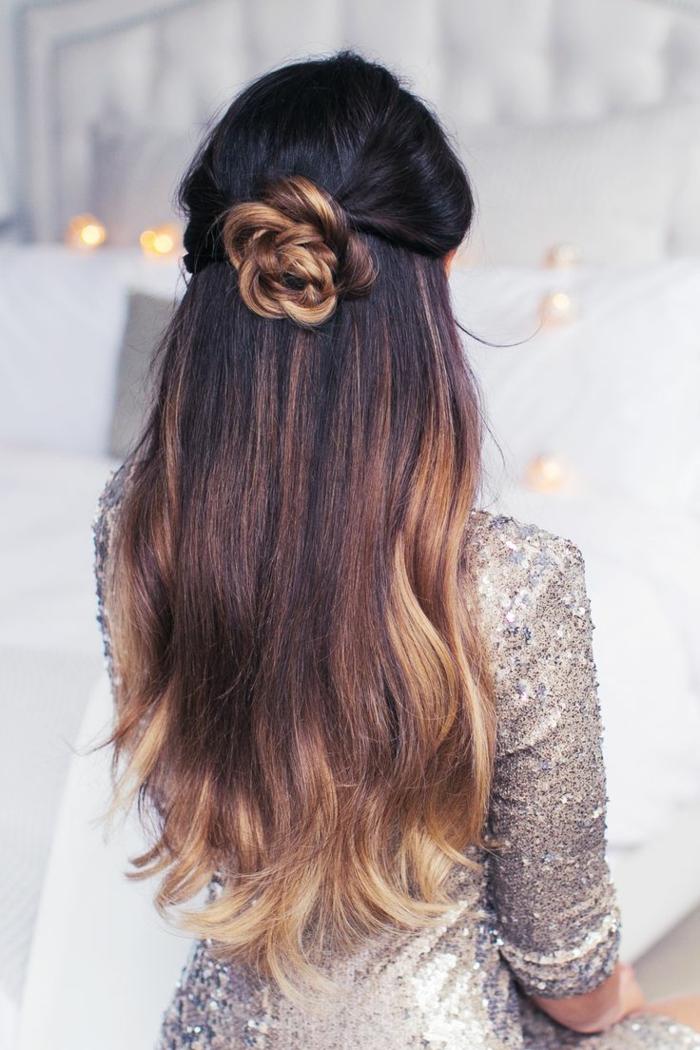 coiffure de femme avec une rose de cheveux derrière