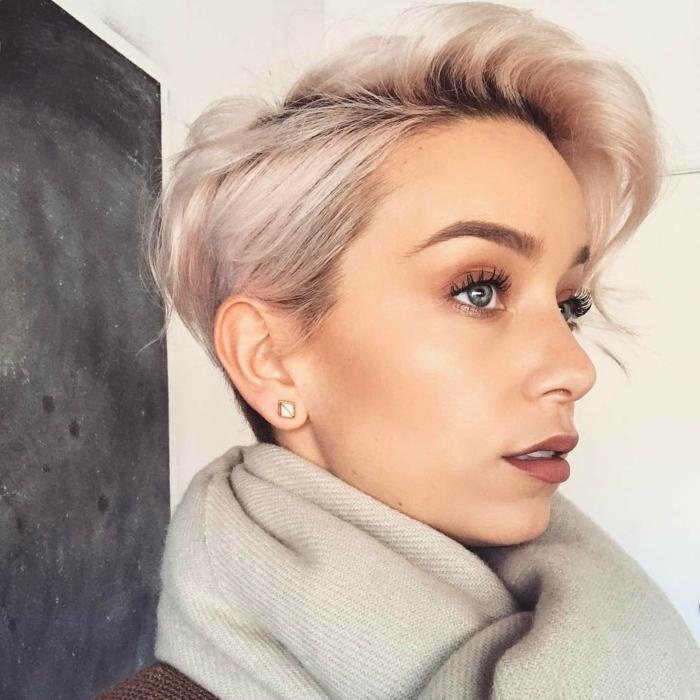 coifure femme aux ceveux platinés courts balayage de la frange de coté