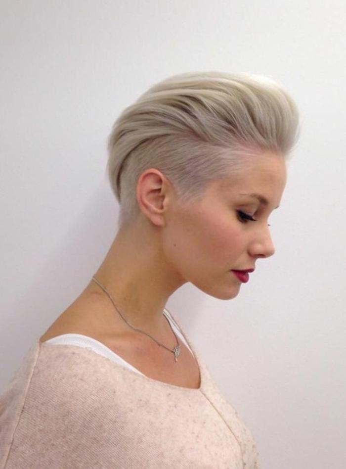 coiffure femme cheveux platinés rasés des deux cotés avec effet bombé