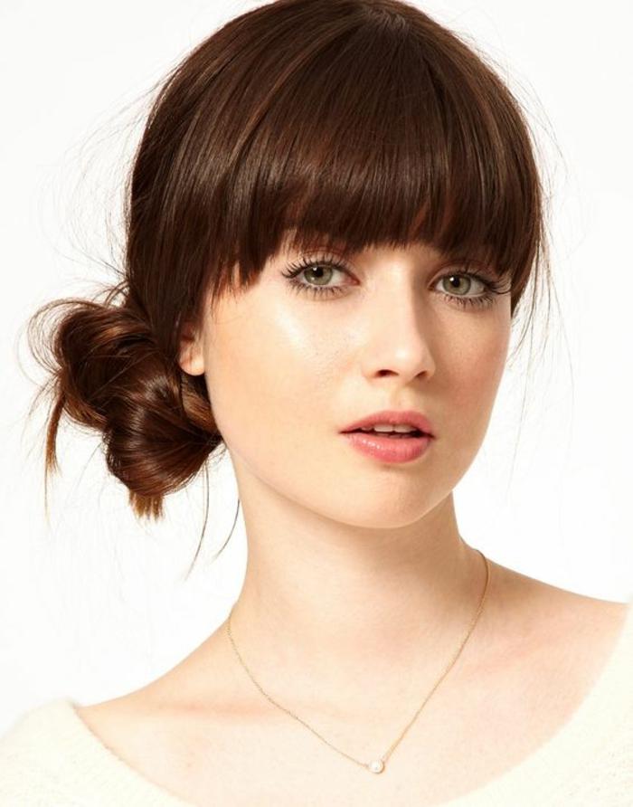 coifure femme avec chignon bas sur la nuque cheveux de couleur chatain