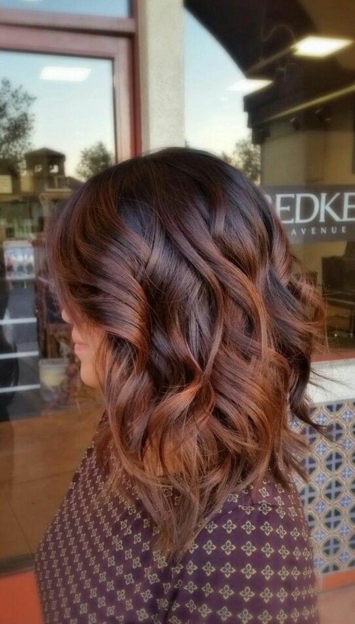 coiffure de femme en couleur bourgoundi aux effets ondulants et raie de coté