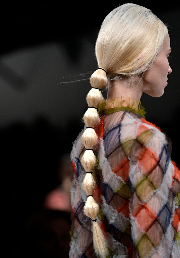 coifure femme avec longue queue de cheval couleur platine motifs boules