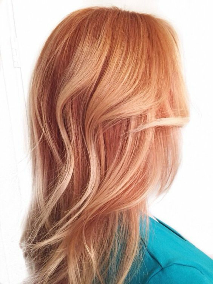coiffure de femme sur divers niveaux couleur rosée