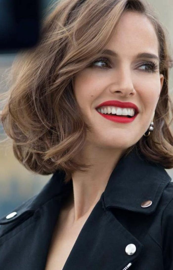 coiffur femme carré ondulé look aérien avec mèche de coté