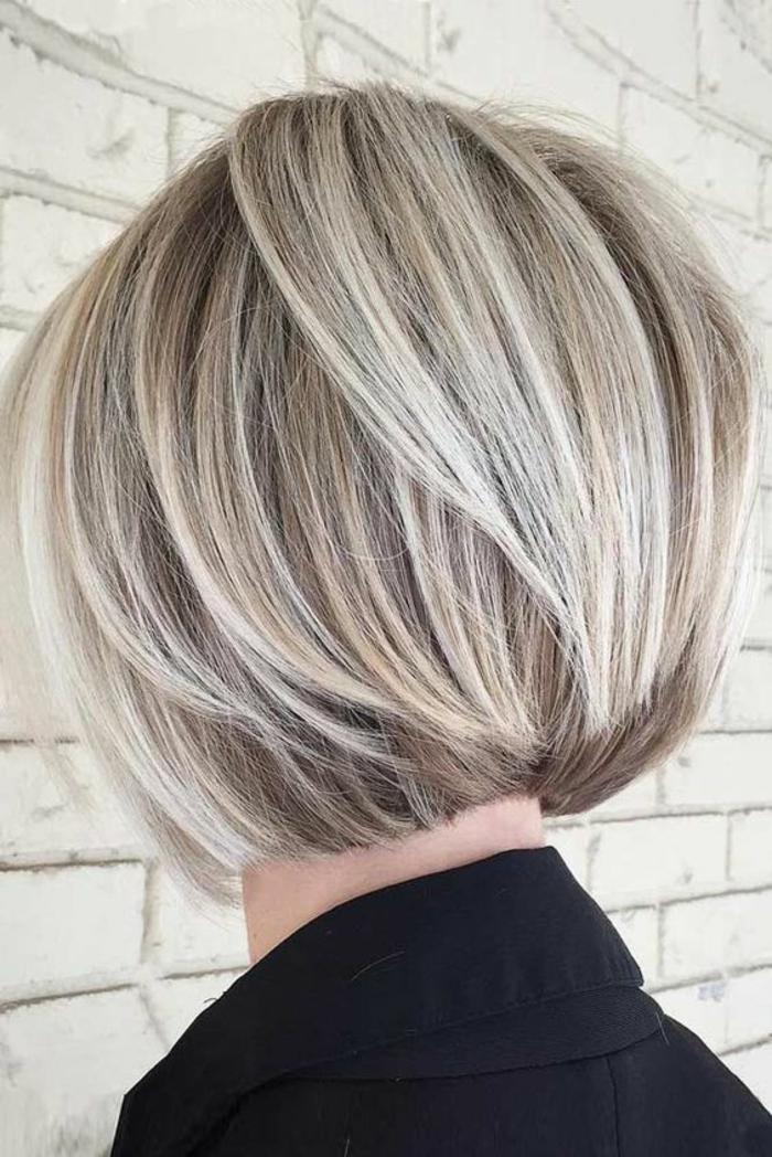 coiffure de femme courte effet bombé aux mèches nuancées