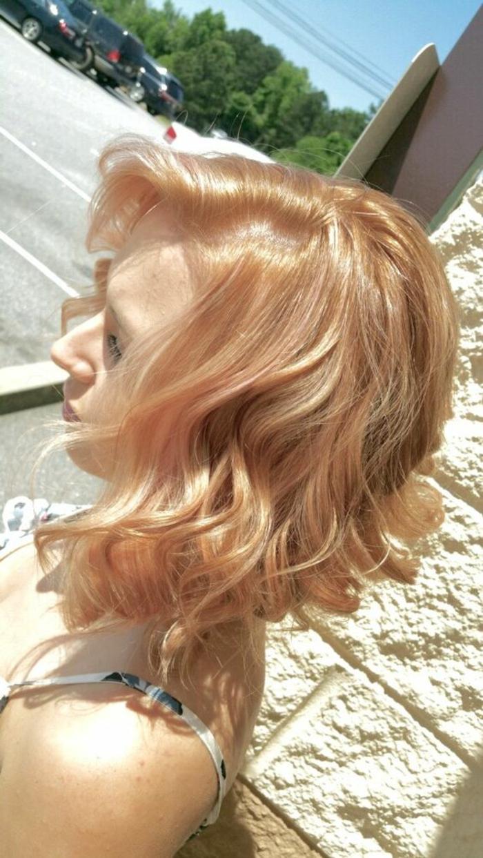 coiffur femme en blond vénitien longueur aux épaules cheveux ondulants