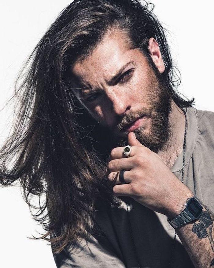 cheveux long homme barbe faire pousser coiffure longue