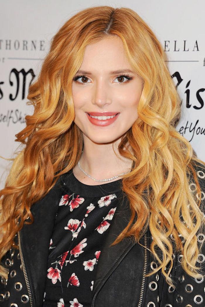 une crinière sublime aux boucles légères, couleur de cheveux roux vénitiens aux reflets cuivrés et dorés