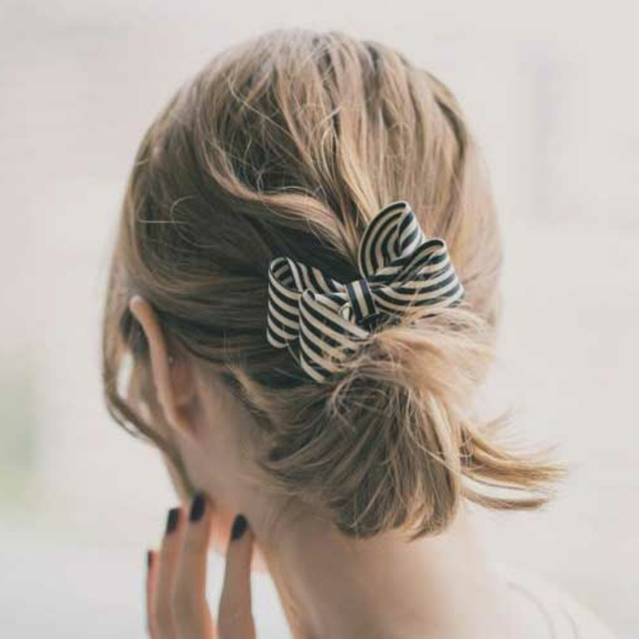 coiffure queue de cheva basse avec un ruban rayé, cheveux blonds